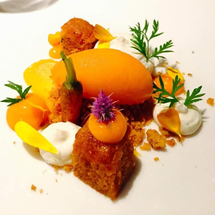 Porkkanakakkua, tyrnipyre, tyrni-valkosuklaa-ganache, tyrni-porkkana sorbettia ja mascarpone-kreme. Viini Château Romieu, Bordeaux, Semollon, Sauvignon Blanc, Muscadelle, Ranska